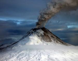Der Vulkan Augustine auf der gleichnamigen Insel in Alaska